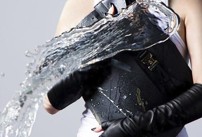雨や泥水でも汚れない、ずっと綺麗なクラッチバッグがファッションの常識を変える。