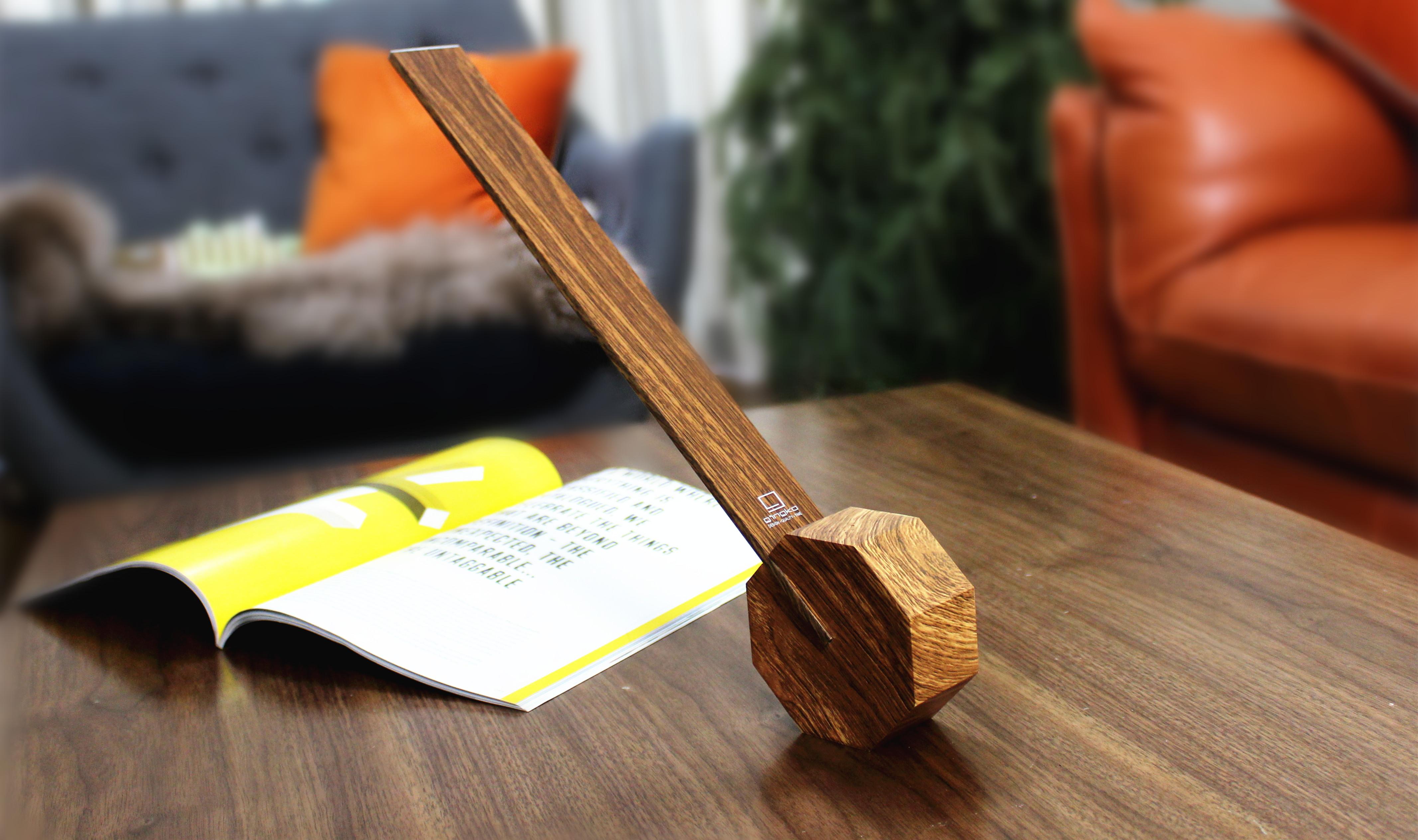 印象的な八角形の台座・木彫仕上げ・バッテリー内蔵のワイヤレス型LEDデスクライト