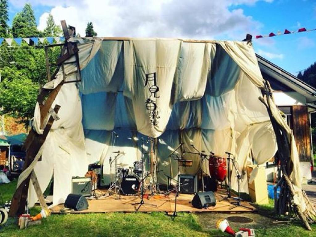 限界集落近くの無人駅を野外音楽祭の会場にして、移住者夫婦の結婚を祝いたい!