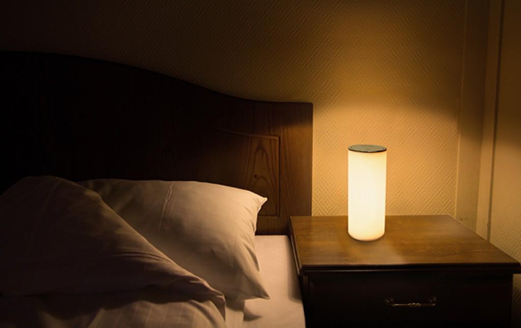 使う向きで自動で寒暖色が切替わるLEDライト「θシータLIGHT」