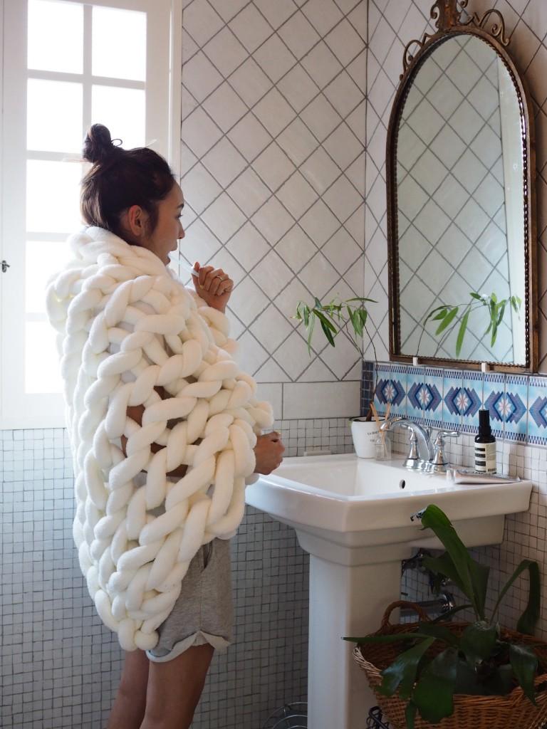 極上の技術が生む「雲」を自宅に。Cloudy Hand Knit Blanket